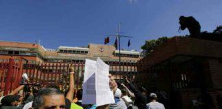 Ciudadanos entregan Ley de Amnistía a militares
