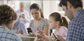 """""""Gordura en exceso"""" la causa de comer con el celular al lado"""
