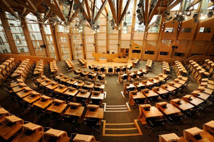Parlamento escocés permitirá a las diputadas dar el pecho en los debates