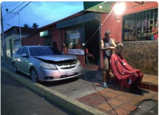 ¡A falta luz, hay batería! Afeitó el cabello de un cliente con la corriente de un carro (+Foto)