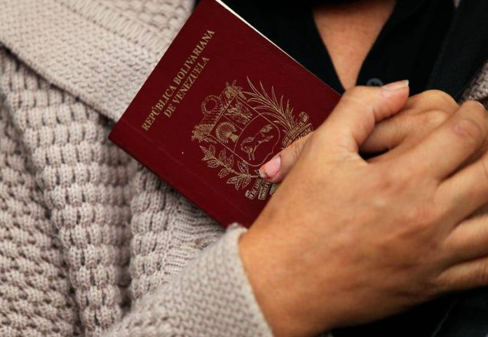 Gobiernos que reconocen a Guaidó evalúan aceptar pasaportes vencidos