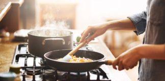 Cocinar y limpiar la casa contaminan más que usar el carro, lo dice la ciencia