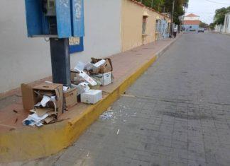 ¡Peligro!, Tiran cajas de inyectadoras usadas en las calles de Coro (+Foto)
