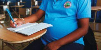 Les dieron dolores de parto, dio a luz y regresó en una hora para culminar su examen