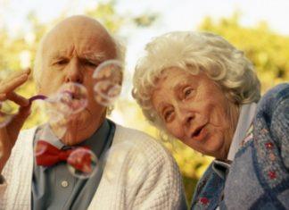 A fuerza de cholas, par de abuelos ahuyenta a ladrones (+Video)
