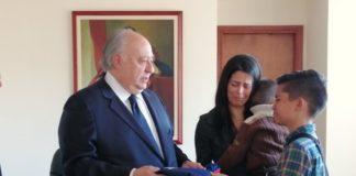 Embajador Calderón Berti entregó el ascenso a Capitán de Fragata a familiares de Acosta Arévalo