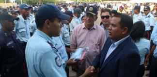 Gobernador Clark dota de nuevos uniformes a Policía de Falcón