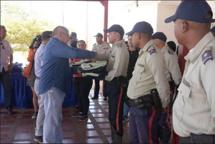 Policía Municipal de Carirubana recibe dotación de uniformes