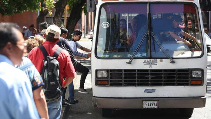 Transportistas insisten en anclar tarifa a 10 centavos de dólar