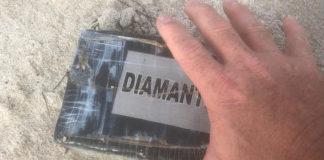 Arriban ladrillos de cocaína en la playa tras el paso del huracán Dorian