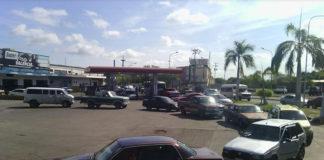 Largas colas bordean gasolineras en Coro