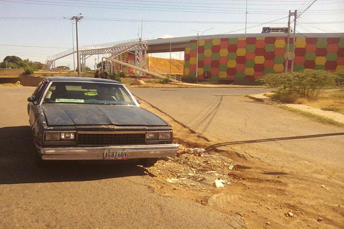 Zanja dejada por Hidrofalcón daña vehículos en Zumurucuare