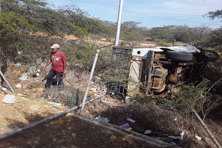 Dos lesionados en vuelco de una camioneta en Judibana (+Fotos)