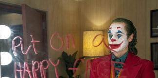 """Posó con dos AK-47 en las manos y un mensaje """"preocupante"""" sobre 'Joker'"""