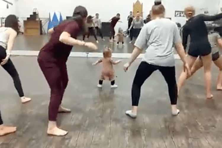 Bebé da clases de arobics y desata ternura en las redes (+Video)