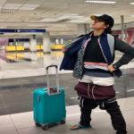 ¡Pichirre! Usó toda la ropa de su maleta para no pagar exceso de equipaje en el avión