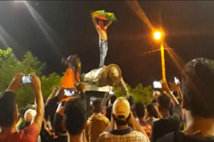 Videos: Por resultados electorales fraudulentas, bolivianos derriban estatua de Hugo Chávez