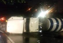Un camión de mezcla de cemento se volcó en la urbanización Los Samanes, en Baruta, causando largas colas en Caracas.