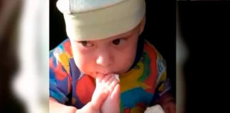 Véalo y llénate de ternura con este bebé que come helado con su pie