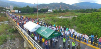 En pleno puente Simón Bolívar una venezolana dio a luz (+Video)