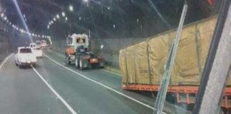 Camión perdió la carga dentro del túnel de autopista Gran Mariscal de Ayacucho