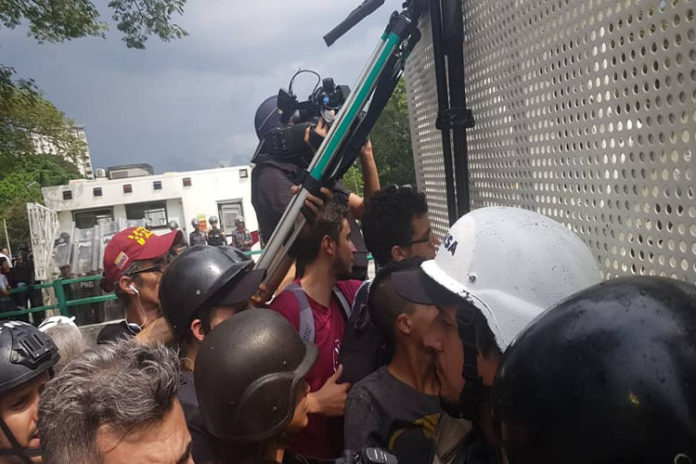 La movilización estudiantil opositora en Caracas fue retenida en la plaza Los Símbolos
