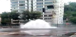 Tubería rota colapsa avenida principal de El Cafetal