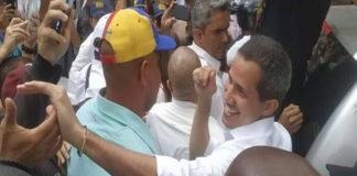 Guaidó llega a Macuto y realiza un casa a casa