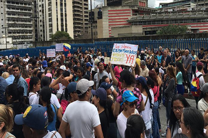 Educadores protestan frente al Ministerio de Educación