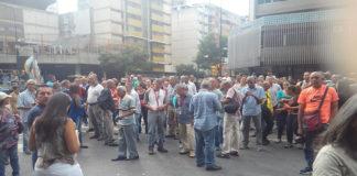 Trabajadores del Ministerio de Transporte cierran la avenida Francisco de Miranda