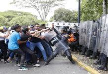 ¡Batalla campal!: Universitarios y PNB se enfrentan en la UCV
