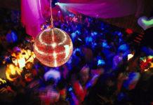 ¡En plena pista de baile!, da luz en discoteca y su bebé recibe entradas de por vida