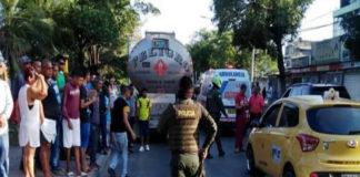 Por adelantarse a un taxi, motorizado venezolano pierde la vida al ser arrollado por un cisterna en Barranquilla