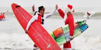600 Santas surfistas remontan sobre las olas en Miami