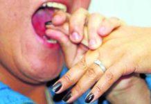 ¡El pernil de la discordia! Una mujer le arranca el dedo de un mordisco a otra en Petare