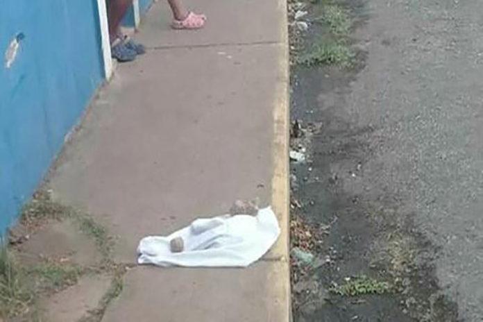 Abandonaron en una acera cadáver de recién nacida en Barcelona