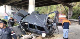 Camioneta cae al vacío por el distribuidor Altamira en la Cota Mil