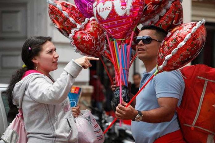 Emprendedores de Punto Fijo se rebuscan en dólares día de San Valentín