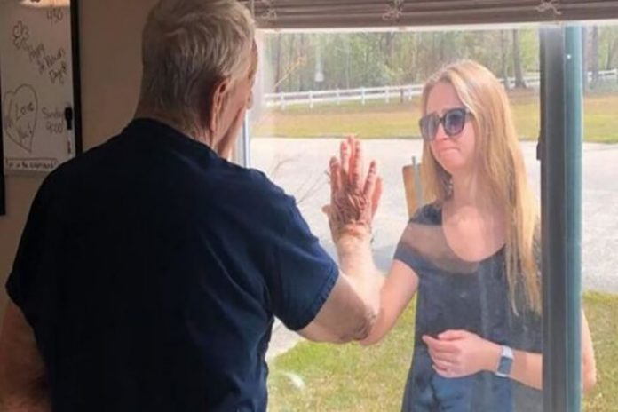 En plena cuarentena se comprometió y le avisó a su abuelo detrás del cristal (+Fotos)