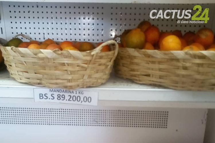"""Por prevención al Covid-19 arrasó las naranjas y limones en Punto Fijo  Debido al brote de Covid-19 en el país, en Punto Fijo, los ciudadanos arrasaron con el limón, naranja y mandarina como medida de precaución para evitar contagios de coronavirus.  """"Sorprendente como la gente se llevaba las bolsas de naranjas, de dos y de tres compraba"""", dijo un vendedor informal de frutas del Mercado Municipal de Punto Fijo. Agregó que a pesar de ese momento no tenía conocimiento sobre los dos primeros casos confirmados de Coronavirus en el país, le pareció extraño que los paraguaneros luego de las 4:00 de la tarde del viernes, comenzaron a comprar naranjas y mandarinas en los puestos de los comerciantes informales ubicado en la parte del Mercado Municipal. También dijo que el día, siguiente, el sábado la venta del rubro aumento """"La bolsa se vendía a Bs. 20.000"""", dijo y agregó que antes de la 4.00 de la tarde ya no tenía naranjas para vender. De igual forma, el encargado de la feria de hortalizas Primavera, ubicada en la calle Ayacucho del Mercado quedó atónico de como la clientela se llevaban las naranjas y limones, dijo """"los comentarios que decían (los clientes), hay que tomar mucha vitamina C para que el coronavirus no nos agarre desprevenidos"""", enfatizó. """"Ya están caras y escazas""""  """"No todo es color de rosa"""", así dijo otro vendedor de frutas ubicado en la avenida Ecuador de Punto Fijo, reveló a Cactus24 que la cesta de la naranja en la semana pasada oscilaba entre Bs. 250.000 y Bs. 300.000, por lo que el kilo se vendía entre Bs. 15.000 y Bs. 20.000: """"Estaba súper barata"""", indicó el comerciante. Agregó que hoy los camioneros le trajeron la cesta de la fruta de vitamina C a un costo de Bs. 1.500.000 """"Imagínate de lo cara que nos están dejando el camión, ya hoy el kilo de naranja está en Bs. 50.000"""".  Al mismo tiempo, enfatizó que los camiones se aprovechan de la situación de salud pública que se vive en el país por la llegada del COVID-19 para especular con los precios y """"embro"""