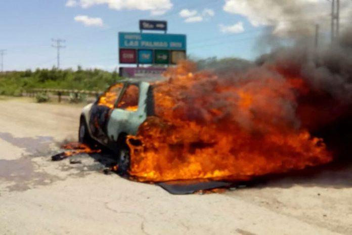 Iba manejando y su carro se prende en llamas en Punto Fijo