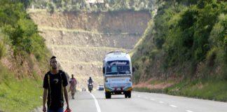 ¡A pie! Venezolanos regresan al país caminando desde Colombia