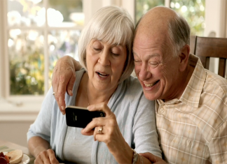 OMS pide a hijos y nietos llamar a diario a padres y abuelos confinados