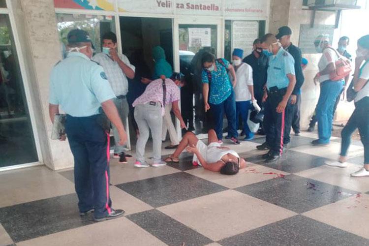 Da a luz en las puertas de un hospital en Maturín (+Fotos)